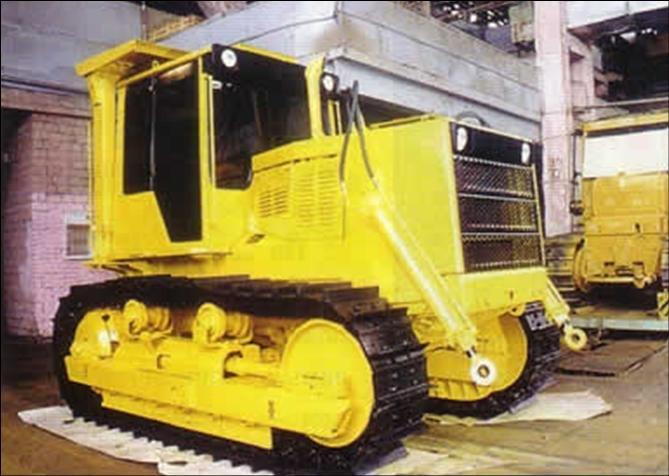трактор окрашенный эмалью производства ЗАО АЛЬП ЭМАЛЬ